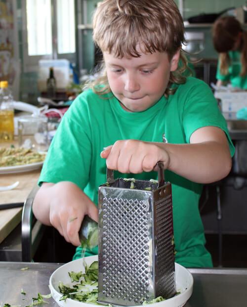 På matskolan kockar vi hälsosam och mångsidig mat av inhemska råvaror. Foto: Petra Ingo